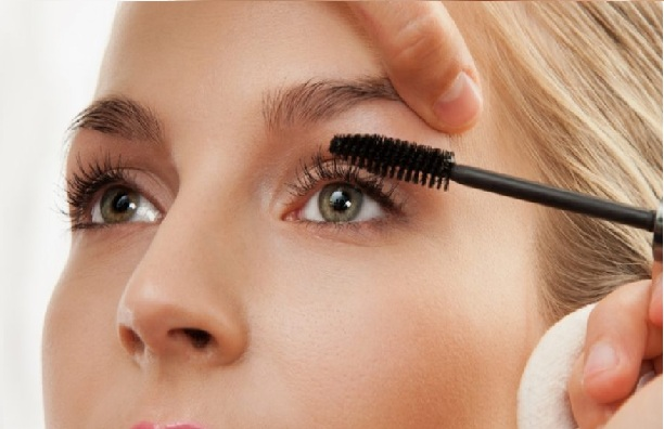 Application Advice for Avoiding Bleeding Mascara